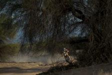 Sam Sunderland heads for Dakar win